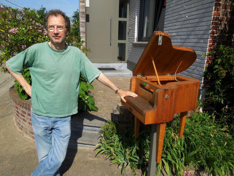 Laurent De Jaegher toont zijn vleugelpiano.