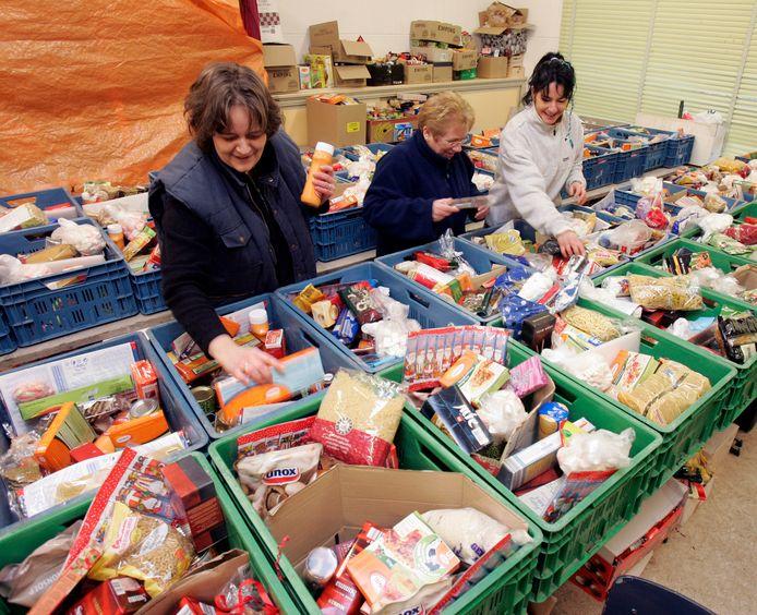 Het vullen van pakketten bij de Voedselbank Zeeuws-Vlaanderen in andere tijden.