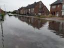 De riolering in de Gaversstraat in Sint-Gillis-Waas kon het water niet meer slikken en kwam volledig onder water te staan.