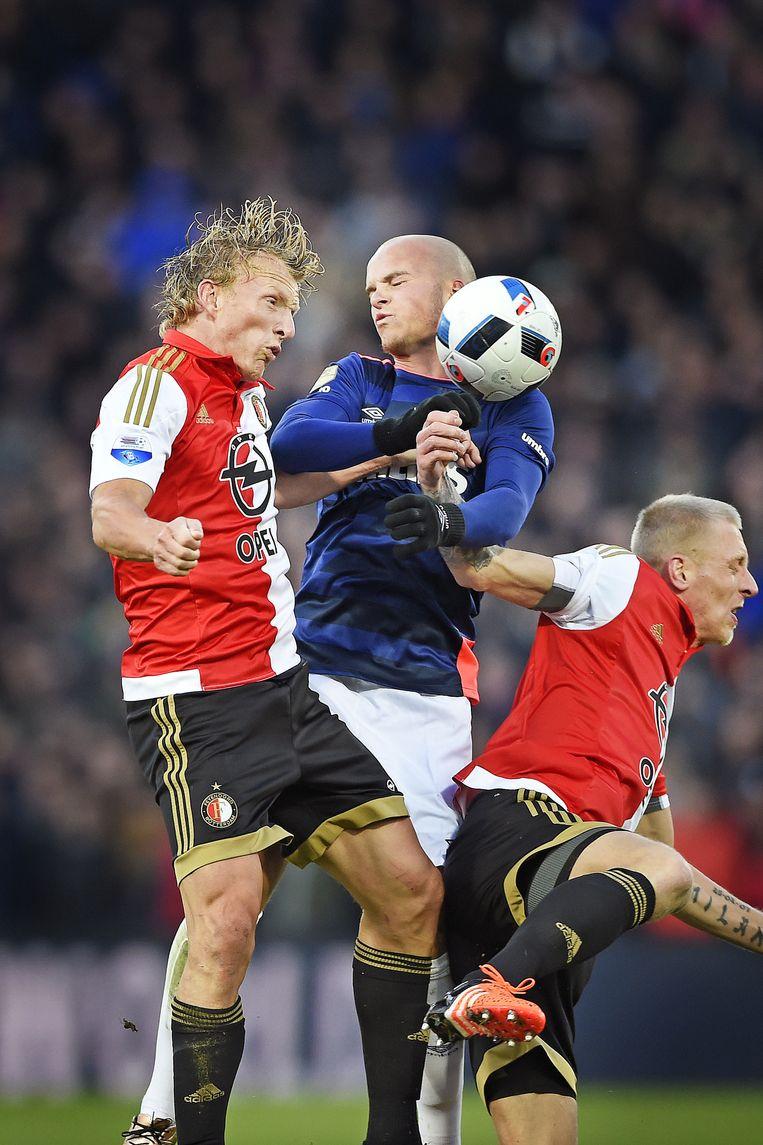 Dirk Kuyt (Feyenoord) en Lex Immers (Feyenoord) verslaan Jurgen Hendrix (PSV) in de lucht, maar PSV verslaat Feyenoord in met 0-2. Beeld Guus Dubbelman / de Volkskrant