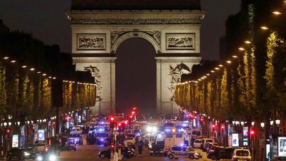 Niets dan zwaailichten op de Champs-Elysées gisteren. De boulevard is volledig afgesloten.