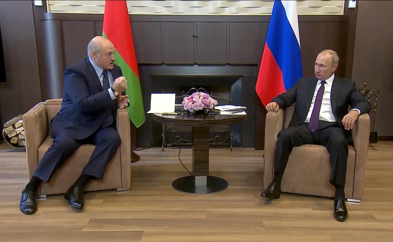 De lichaamstaal was alleszeggend: een zwetende Loekasjenko boog op het puntje van zijn stoel smekend richting de Russische president, terwijl Poetin koeltjes achterover leunde. Beeld AP
