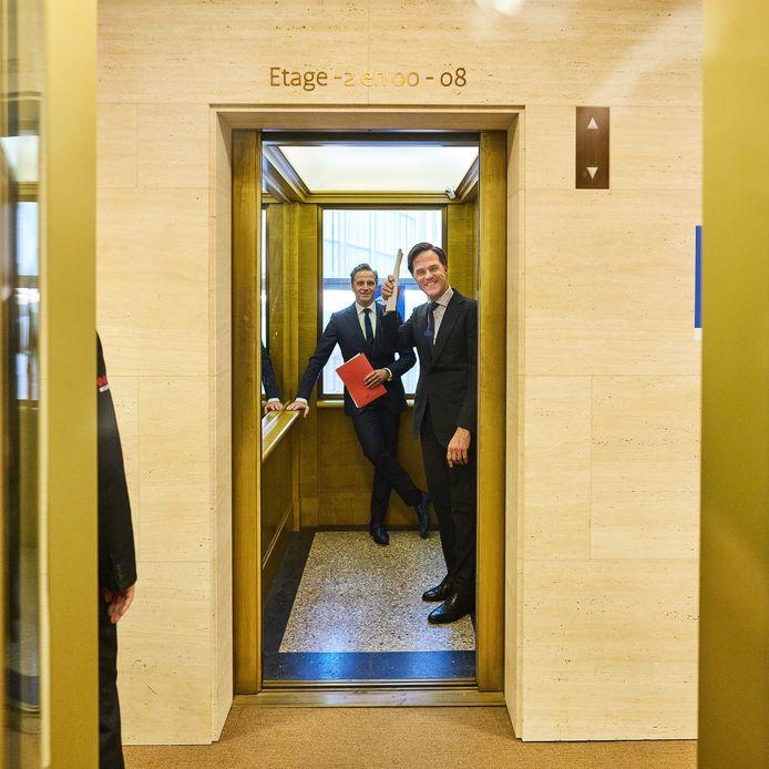Demissionair premier Mark Rutte (r) en Demissionair minister Hugo de Jonge (Volksgezondheid, Welzijn en Sport) na afloop van de persconferentie.
