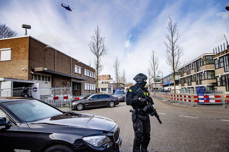 Beveiliging bij de zwaar beveiligde 'bunker' in Amsterdam-Osdorp. Beeld EPA