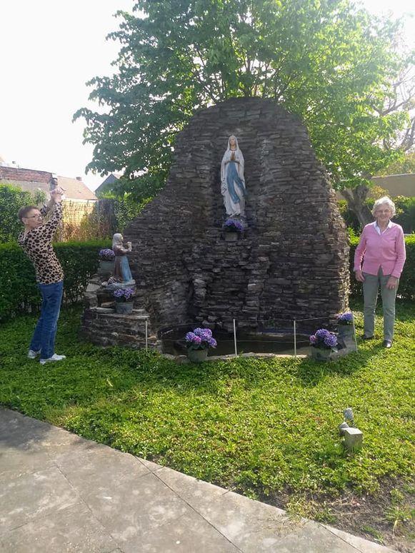 De grot in de tuin van Maria's Rustoord in Dadizele werd opgefleurd met bloemen.