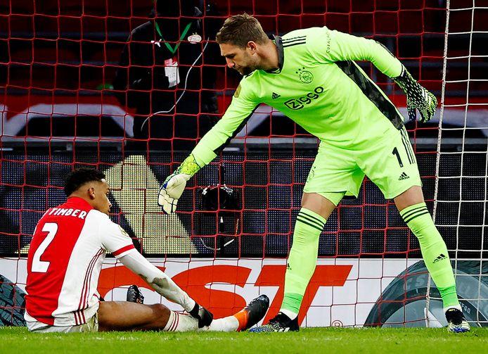 Stekelenburg troost Timber na zijn eigen goal.
