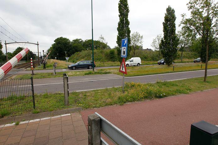 De overweg in de Collse Hoefdijk in Nuenen. Hier zou een tunnel onder het spoor beter zijn, vinden de Wijkraad Eeneind, de gemeente Nuenen en nu ook ProRail.
