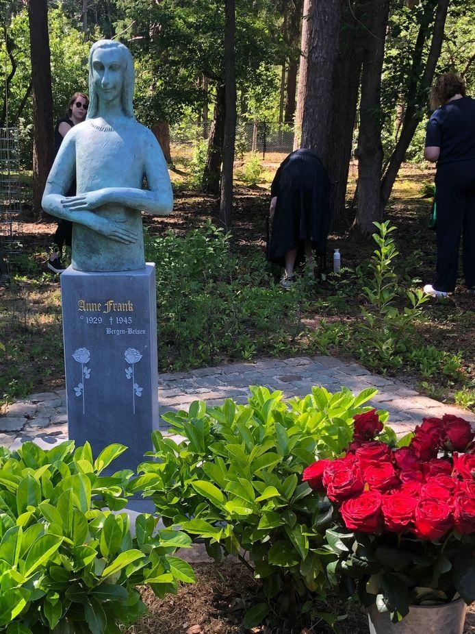 Het Anne Frank-beeld van Mariëtte Coppens is verhuisd naar de Joodse begraafplaats in Oisterwijk