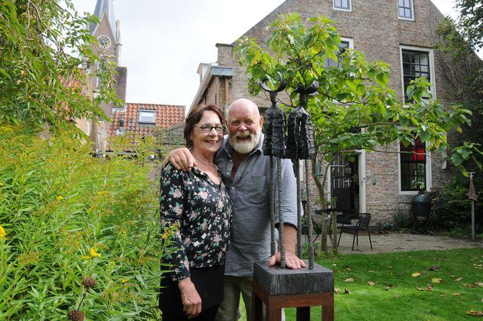 Marion en Hans Nijhof in de tuin achter het woonhuis in Zonnemaire waar Pieter Zeeman opgroeide.  De woning deed in de loop der jaren dienst als pastorie en raadshuis