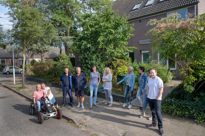 """De buurtbewoners van woongroep """" begeleid wonen"""" Hermelijn aan Hemelijnlaan zijn tegen beoogde sluiting van deze vestiging van 's Heeren Loo.  Op foto initiatiefnemer Jordy Willemse (rechts) en skelter bewoner Jan (Links)."""