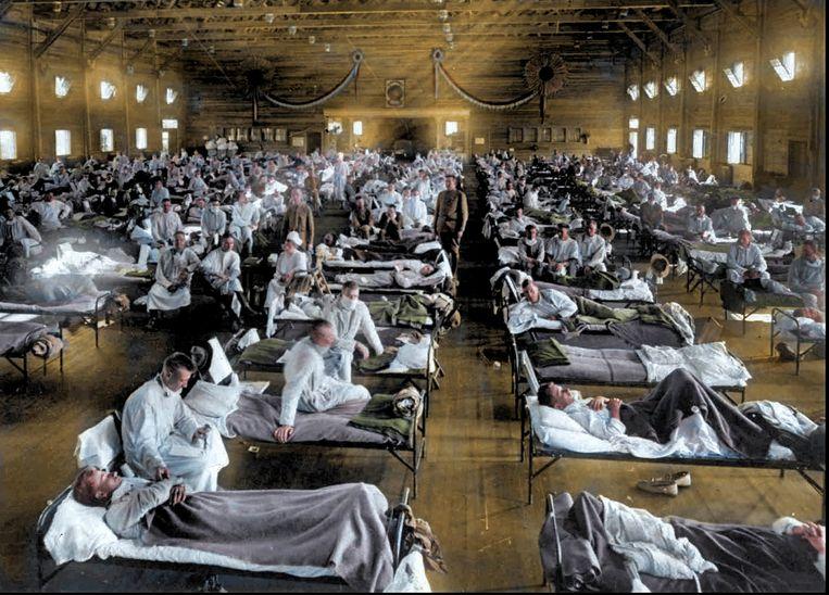 Een zaal met grieppatiënten in een noodhospitaal in Ford Riley in de Amerikaanse staat Kansas in 1918. Op een legerbasis in deze plaats werd het eerste geval van Spaanse griep gemeld.   Beeld Mary Evans Picture Library Ltd./ANP
