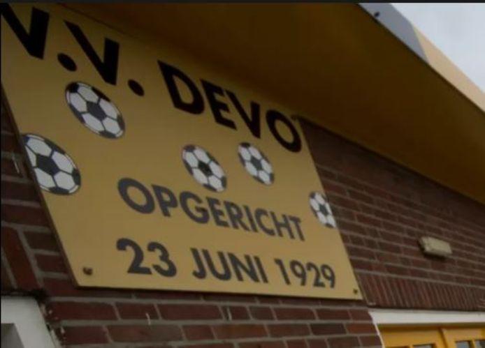 Dartvereniging The Triples kan voorlopig terecht in de kantine van voetbalvereniging DEVO.
