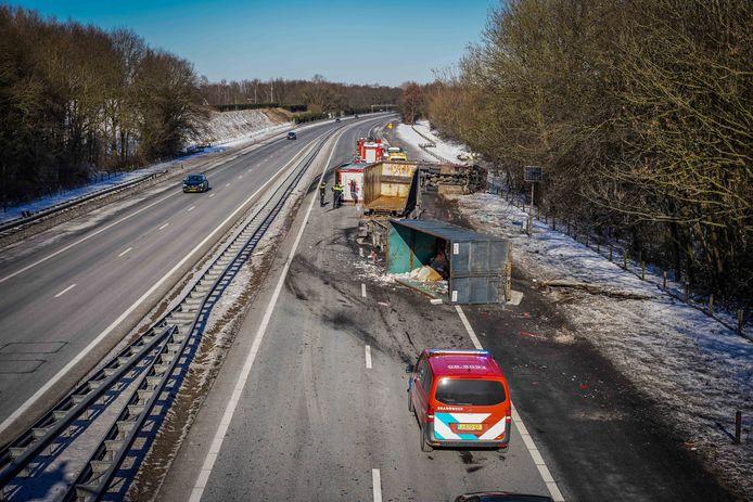 De ravage is groot door een ongeluk waarbij minstens twee vrachtwagens zijn betrokken. Het ongeval gebeurde op de A50 ter hoogte van Hernen, in de richting van Arnhem.