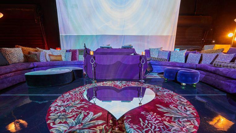 Het podium en de loungebanken in de NPG Music Club. Beeld getty