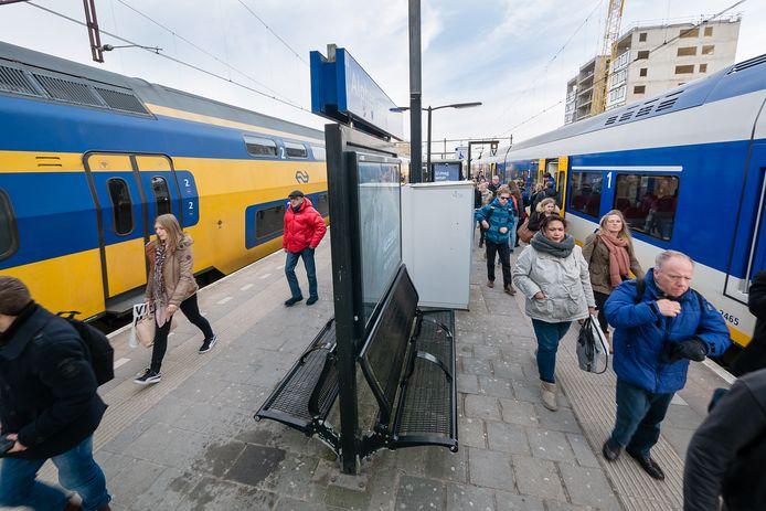 Treinen en reizigers op het perron in Alphen.