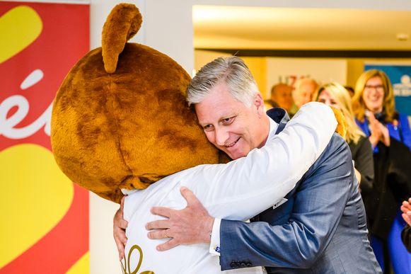 De Koning omarmde de knuffelbeer, die onderdeel is van de campagne '30 jaar Kom op tegen Kanker'. De beer zal de komende dagen knuffels uitdelen aan iedereen die Kom op tegen Kanker in zijn strijd tegen kanker steunt of heeft gesteund.