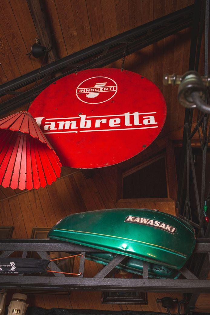 Sandra en Mark zijn grote fans van Lambretta-scooters. Ook boven hun hoofden in de huiskamer bengelt het bekende plakkaat.