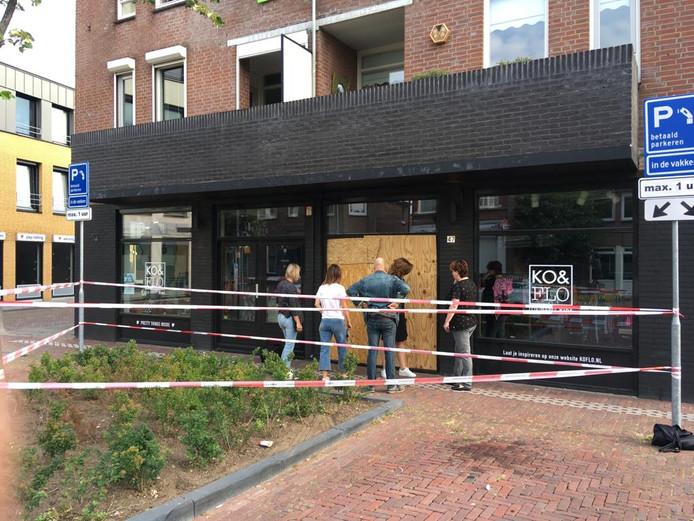 Medewerkers en politie voor de winkel van Ko & Flo waar ze de schade gaan opnemen.