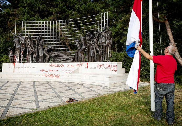 Zo besmeurd zag het Indisch Monument aan de Waterpartij er vorig jaar uit vlak voor de nationale herdenking 15 augustus 1945 van de slachtoffers die in de Tweede Wereldoorlog vielen.