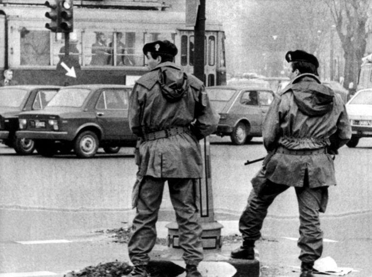 Terrorismebestrijders staan in 1979 te patrouilleren in Turijn, tijdens een terechtzitting van de Rode Brigade-leiders Renato Curcio enAlberto Franceschini. Beeld afp