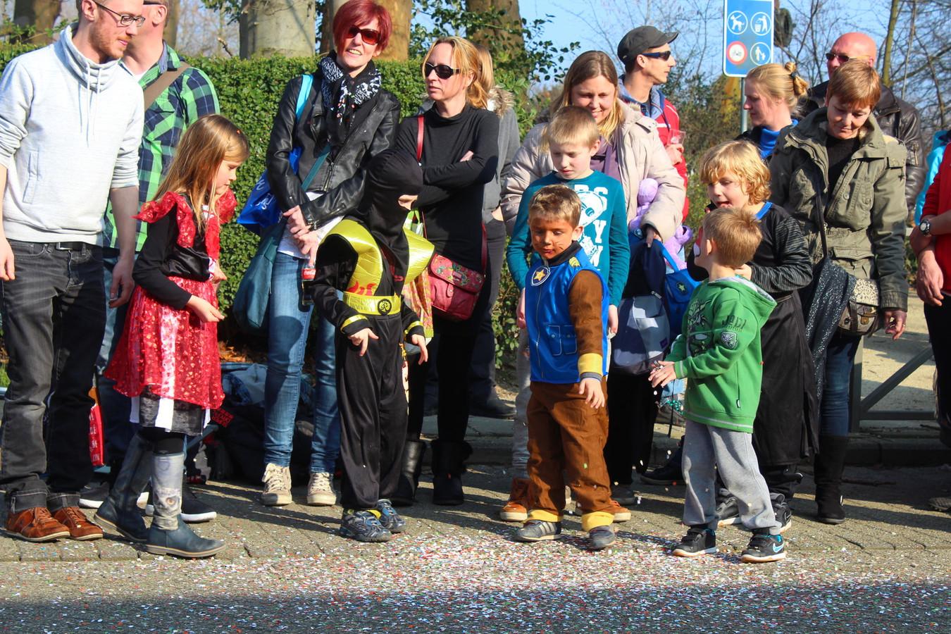 Confetti en snoep zoveel je kunt rapen: voor de kinderen was de stoet alvast geslaagd.