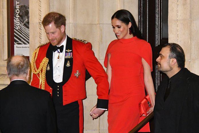 Harry en Meghan houden handjes vast.