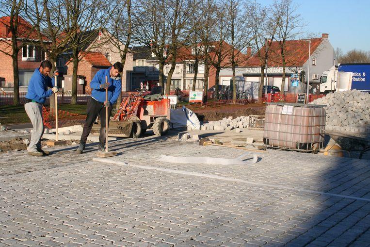 De aanleg van de kasseien is intussen al begonnen.