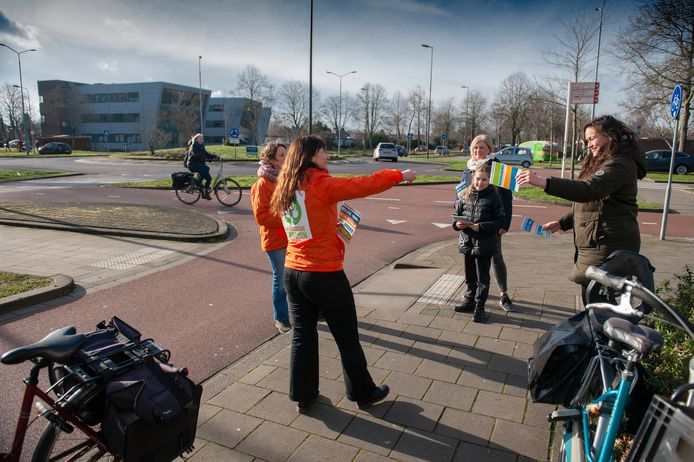 Flyeractie door De Bossche Groenen tegen de onveilige verkeerssituatie bij de rotonde Sint Teunislaan/Rompertsebaan. De rotonde was dinsdagavond ook onderwerp van gesprek