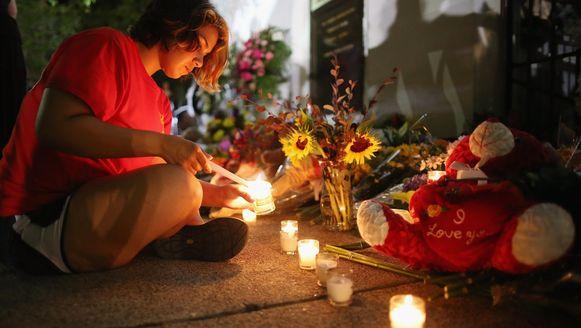 Brandende kaarsen en bloemen voor de kerk in Charleston waar het drama zich afspeelde.