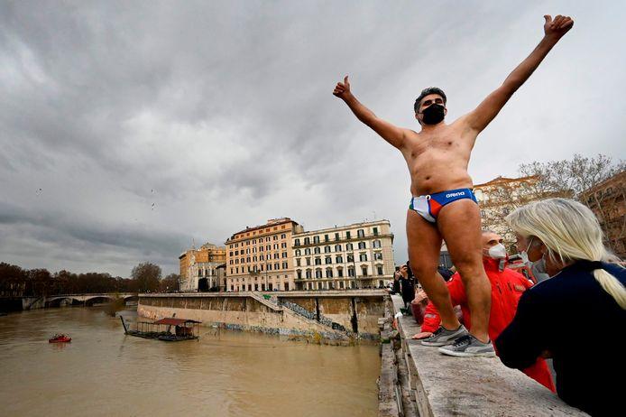 Valter Schirra stond duidelijk te popelen om in het frisse water te springen.
