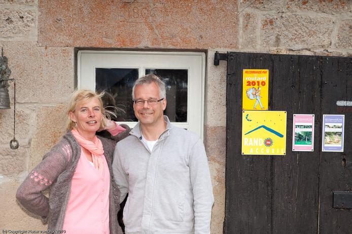 Jan en Trijnie voor hun chambres d'hôtes Le Clou in Frankrijk.