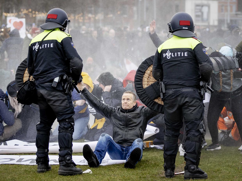 Demonstranten, relschoppers en politie op het Museumplein, zondagmiddag.  Beeld ANP