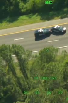 Il vole deux voitures de police pendant une course-poursuite