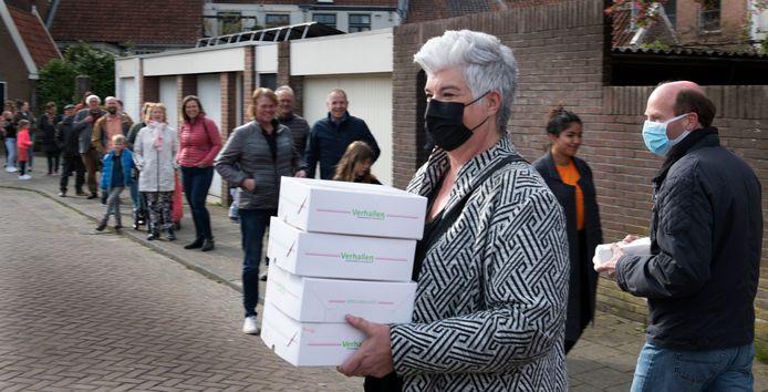 Bij bakkerij Verhallen in Culemborg was het zo druk dat de rij wachtenden zich over drie straten uitstrekte. Verhallen verkocht 5500 tompoucen.
