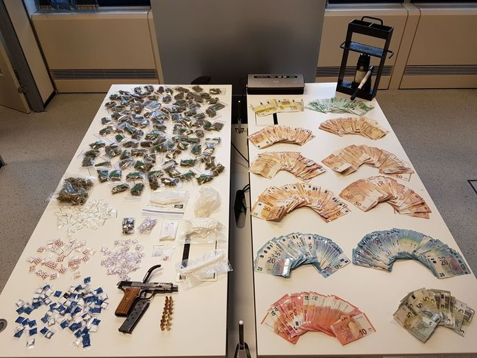 Bij de huiszoekingen vonden de speurders zo'n 55.000 euro cash geld.