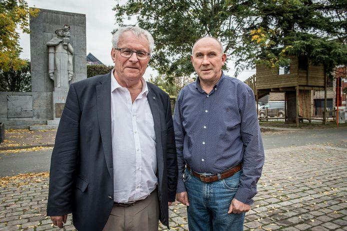 Geert Messiaen en Ronny Vandamme met links het monument en rechts de boomhut.