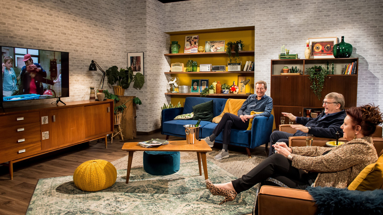 Ben Rottiers (Pol), Jaak Van Assche (Fernand) en Loes Van den Heuvel (Carmen) in 'Voor altijd kampioen'. Beeld © VRT - Joost Joossen