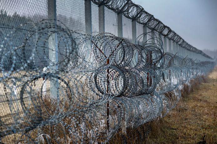 2017. Het grenshek dat Hongarije op de grens met Servië bouwde moet migranten en vluchtelingen tegenhouden.