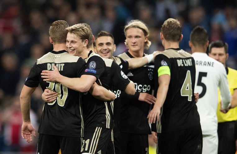 Frenkie de Jong en Dani de Wit van Ajax feesten na de 4-1 tegen Real Madrid in de Champions League.  Beeld ANP