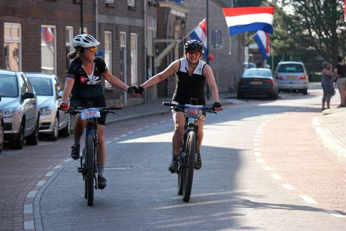 Cecile Scholten-Van den Broek en Linda van Hoof-Van de Schoot gaan samen op de meet van de Vrijthof-Vrijthof Bike Challenge af.