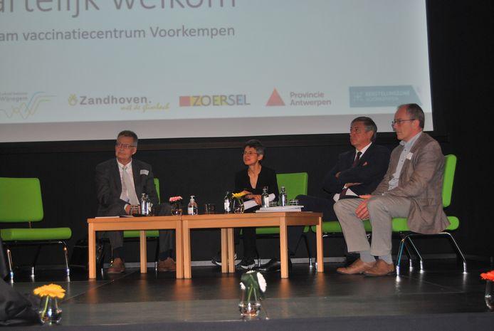 Symposium met van links naar rechts: Johan Van Hoof (Johnson&Johnson), provinciegouverneur Cathy Berx, Vlaams minister-president Jan Jambon en Wienand de Smet (hoofd departement ontwikkeling en educatie provincie Antwerpen)