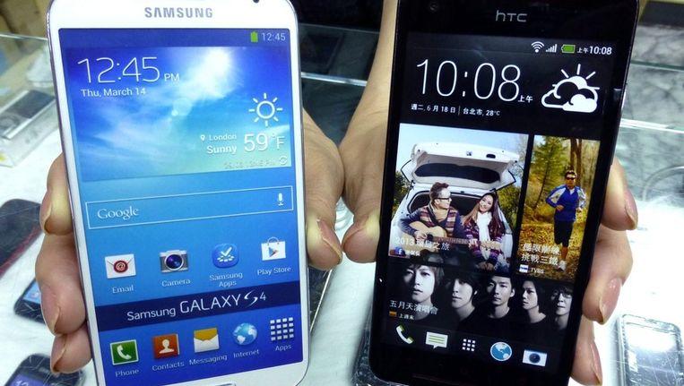 De Samsung Galaxy S4 en een HTC. Beeld EPA