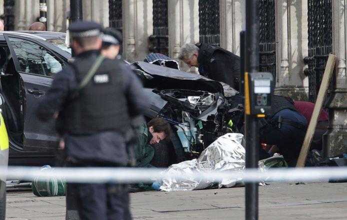Geen vrachtwagen, wel een personenwagen. Dader Khalid Masood rijdt in op enkele voetgangers op Westminster Bridge en steekt een agent neer.