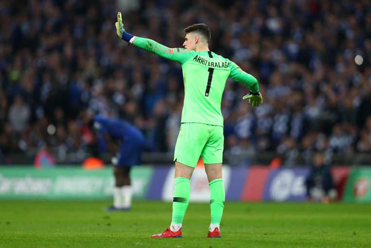 Doelman Kepa van Chelsea weigert in de finale van de strijd om de League Cup tegen Manchester City van het veld te lopen, terwijl zijn trainer Sarri hem wil wisselen. Beeld Getty Images