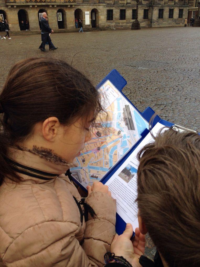 De kinderspeurtocht van Amsterdam Oude Stad. Beeld -
