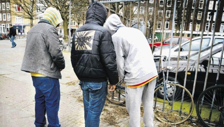 Jongeren - hier in Amsterdam-Oost - hebben een eigen taal ontwikkeld, waar dichters van nu graag uit putten. (Trouw) Beeld sophie van schouwen