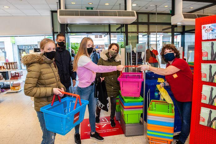 Voor de familie Hasselmann is een mondkapje iets vanzelfsprekend bij het shoppen. Zoals hier in de Goudse Hema.