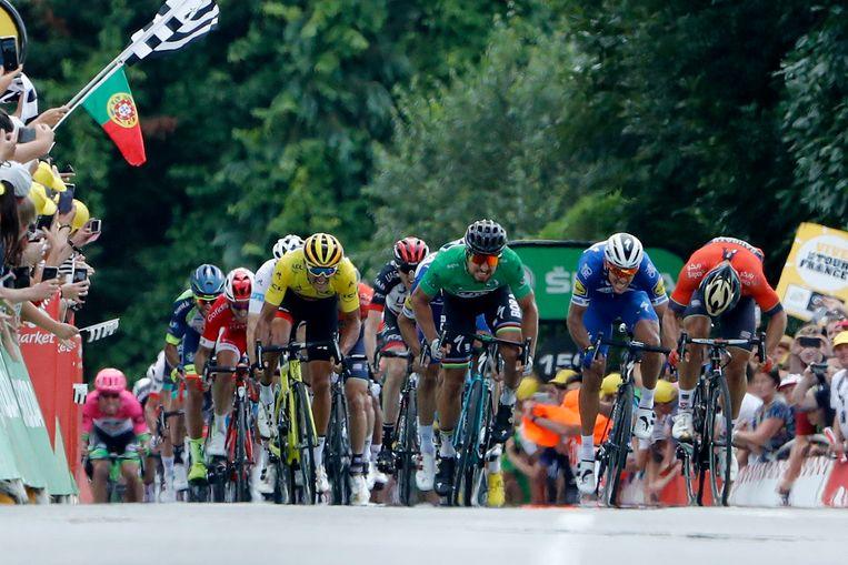 Van Avermaet, Sagan, Gilbert en Colbrelli bikkelen om de dagzege in Quimper. De Slowaak haalt het en is steviger leider in het puntenklassement. Beeld Photo News