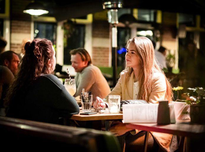 Gasten op het terras bij café van Beinum in het centrum van Haarlem.