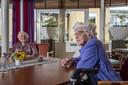 Gerda (rechts) en Toos drinken samen koffie in 't Dijkhuis in Bathmen.